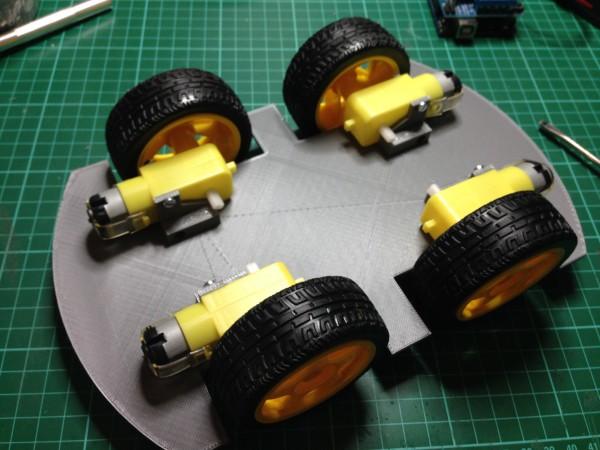 Motores cogidos al chasis y ruedas colocadas